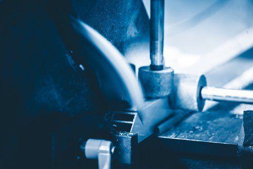 taglio del metallo con un macchinario