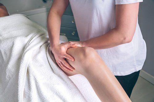 terapia muscolare manuale sul ginocchio