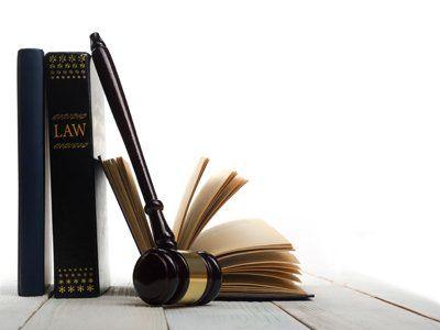 martello del giudice e libri giuridici