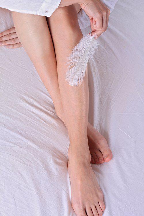 Gambe depilate di una donna a Garlate
