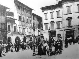 Foto in bianco e nero della piazza di Santa Croce Sull'Arno