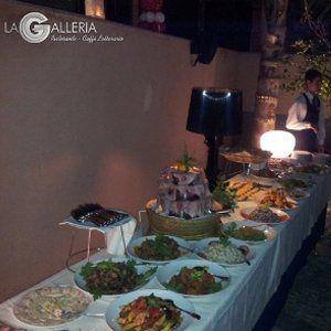 tavolo imbandito con prodotti di catering
