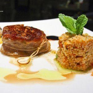 piatto carne alla griglia accompagnato da un tortino di riso