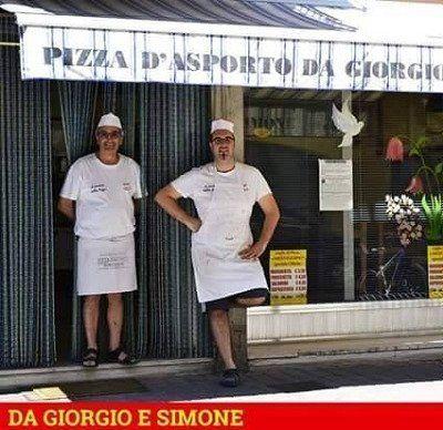 due cuochi in piedi davanti Pizza d'asporto Da Giorgio