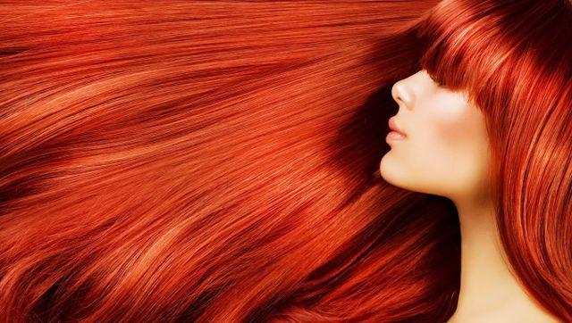 Primo piano di una donna con capelli rossi