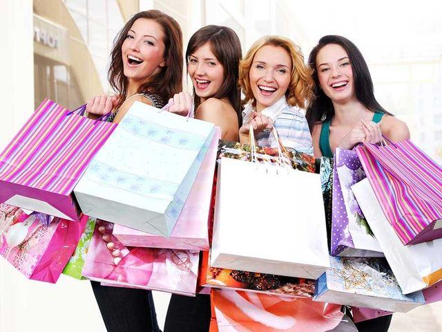 gruppo di ragazze sorridenti con borse in mano dopo aver fatto shopping a Salsomaggiore Terme, PR