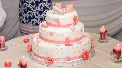 Torta nuziale decorata con rose di colore arancione