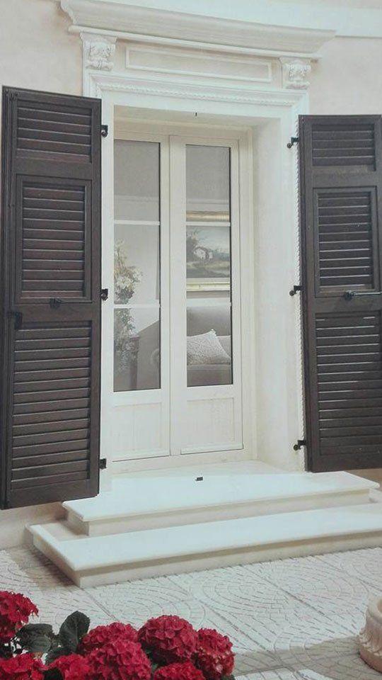 Porte di terrazza di PVC bianche e contro persiane di PVC marrone