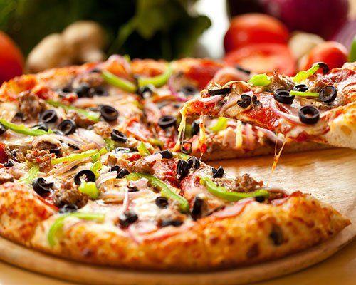 Pizza vegetariana con olive nere