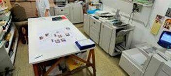 un tavolo e delle stampanti