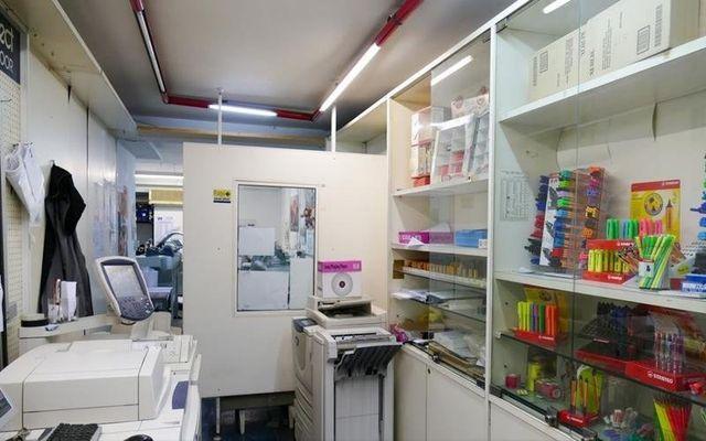 delle stampanti e sulla sinistra uno scaffale con degli articoli da cancelleria