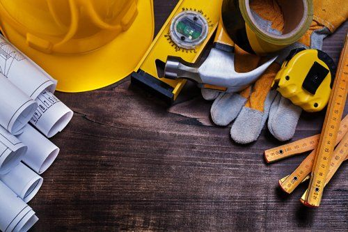 Materiale da costruzione su un tavolo di legno