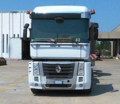 Camion di trasporto Renault di colore bianco