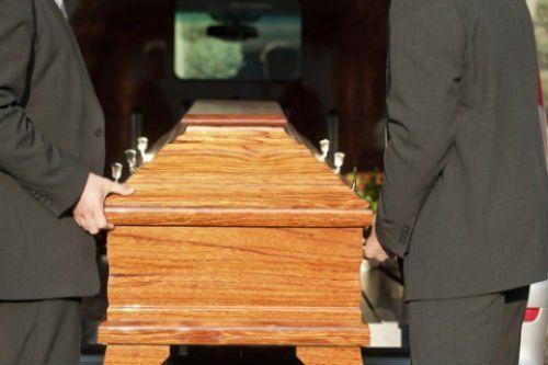 caricando la bara al carro funebre