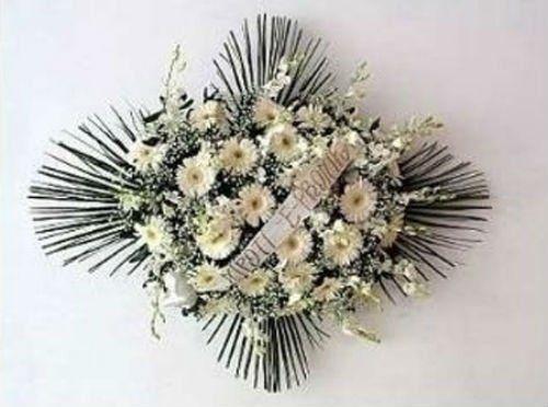 Corona di fiori a forma di croce bianca