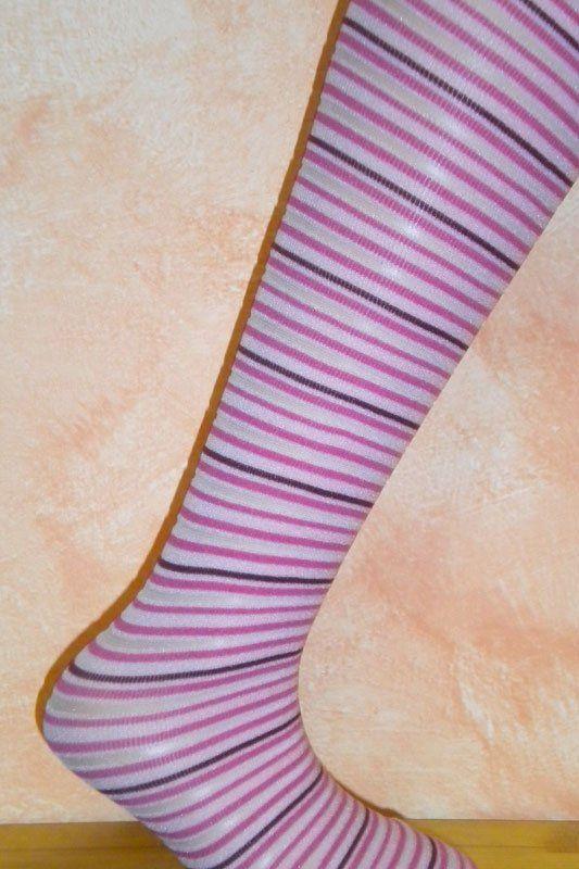 una calza bianca a righe rosa