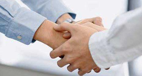Mani premendo altre mani,consolante