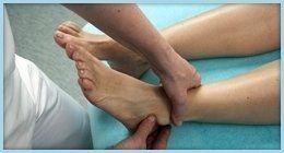 terapista esegue manovra su caviglia di paziente