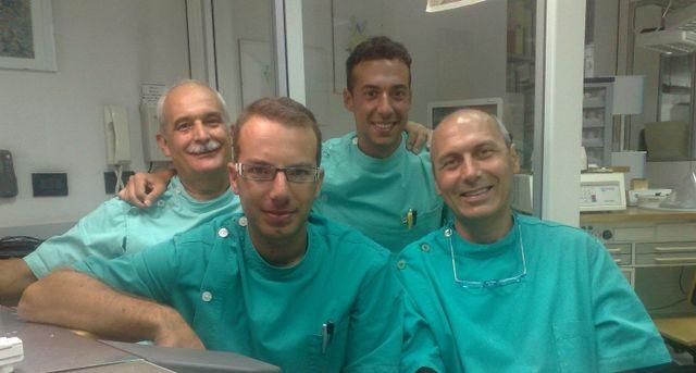 un odontotecnico al lavoro su una protesi dentale