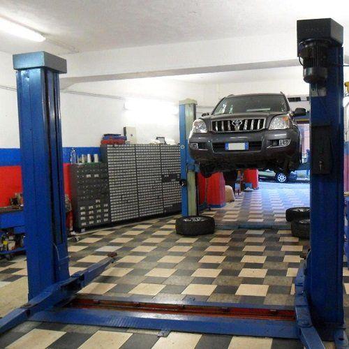 automobile sospesa in attesa di riparazioni