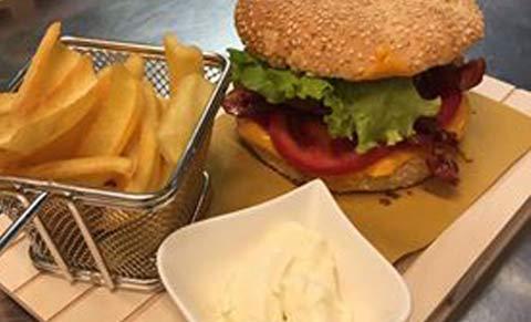 Hamburger con patatine fritte a Pieve Di Soligo, TV