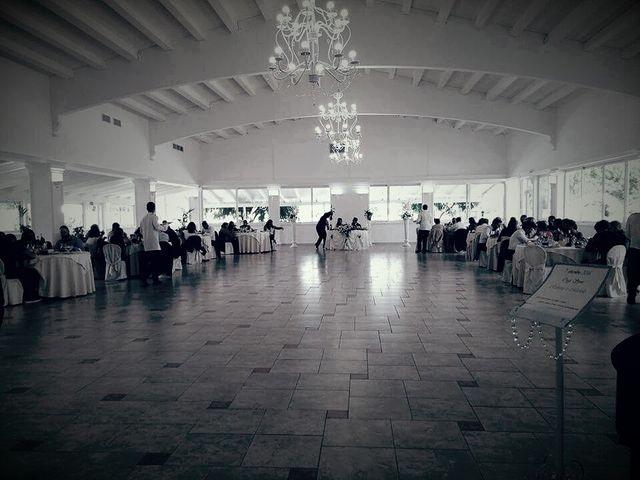 Una sala grande con dei tavoli apparecchiati per un ricevimento