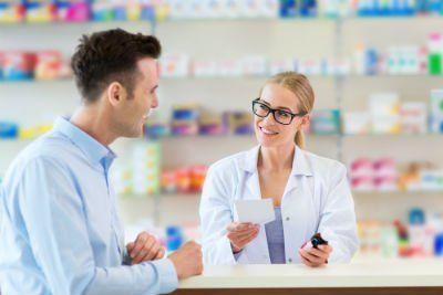 una farmacista e accanto un ragazzo