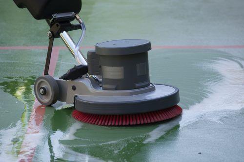 pulizia pavimento con la macchina