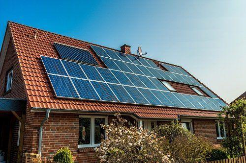 Casa con il tetto coperto di pannelli solari