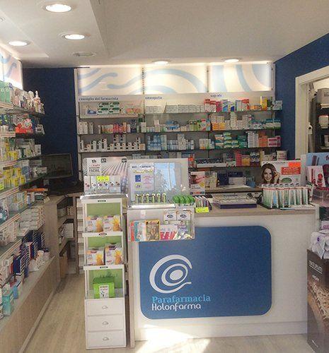 interno di una para farmacia con vista del bancone e dei prodotti negli scaffali