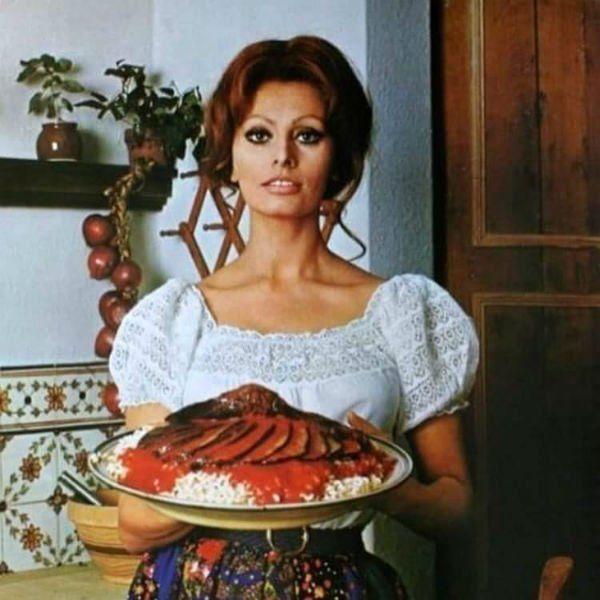 l'attrice Sofia Loren con un piatto di riso e carne al sugo