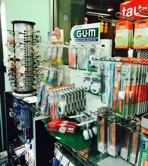 assortimenti spazzolini da denti e occhiali