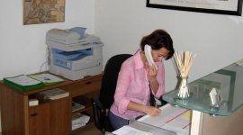assistente legale mentre parla al telefono