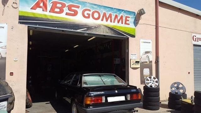 una vecchia Maserati davanti all'officina ABS Gomme