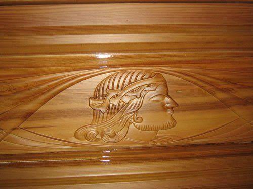 Vista ravvicinata del volto di Gesù scolpito sul legno di un cofano funebre