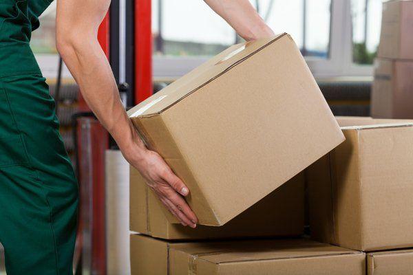 Movimentazione delle scatole di cartone dal lavoratore a  Monteriggioni