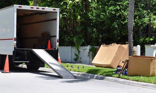 Vista di un camion per il trasporto degli scatoloni sulla strada a Monteriggioni
