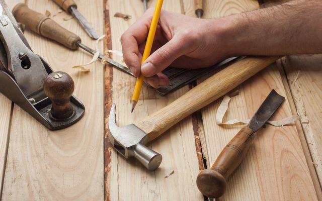 mano di uomo che disegna su legno