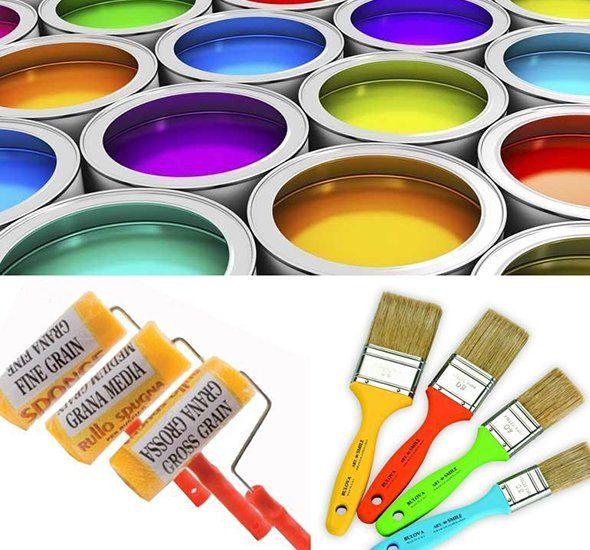 dei secchi di pittura di diversi colori, rulli e pennelli
