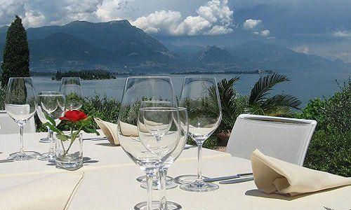 un tavolo apparecchiato e vista del lago e montagne