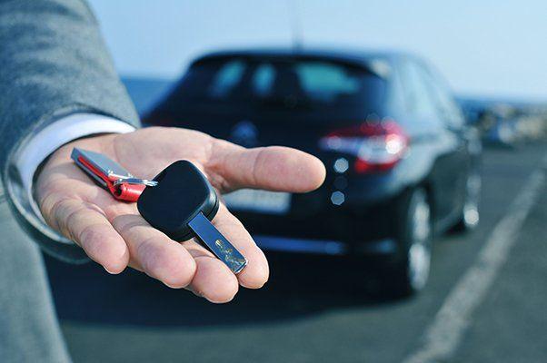 uomo con chiavi in mano davanti ad un'auto