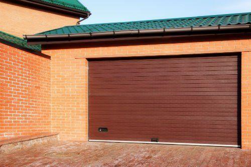 un garage con una porta in legno
