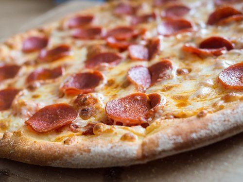 primo piano di pizza con salame