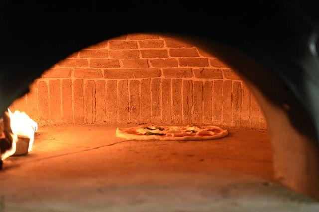 una pizza nel forno a legna