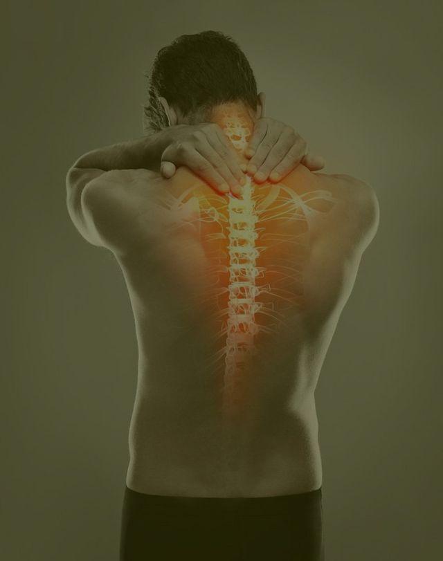 fotomontaggio della schiena di un uomo con colonna vertebrale visibile