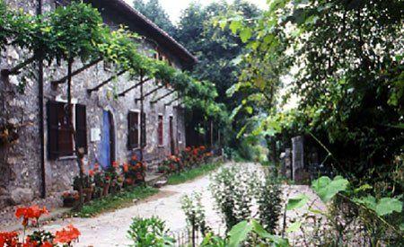 vista di una villa antica con dei fiori intorno