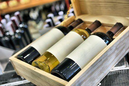 delle bottiglie di vino in una cassa di legno