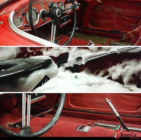 Foto dell'interno di un'automobile sporco,enjabonado e lucente dopo