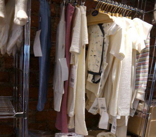 Kinderkleider im Laden