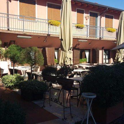 vista esterna di un ristorante con tavolini